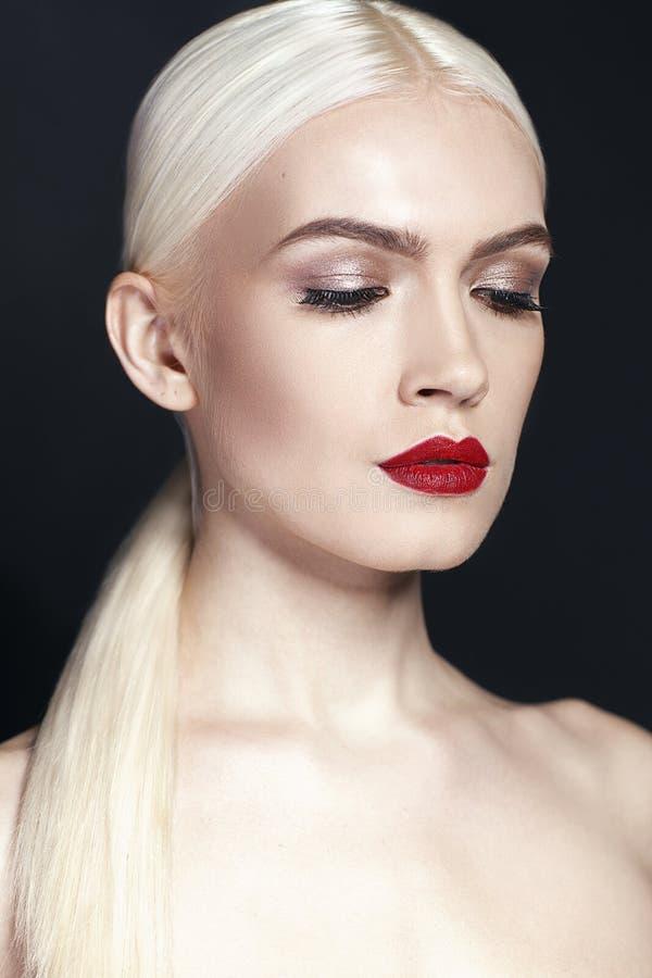 Retrato de la muchacha hermosa con cierre del pelo rubio para arriba aislada en fondo negro imágenes de archivo libres de regalías