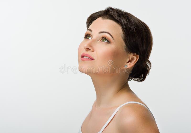 Retrato de la muchacha hermosa con el pelo marrón Ojos verdes sonrisas imagen de archivo libre de regalías