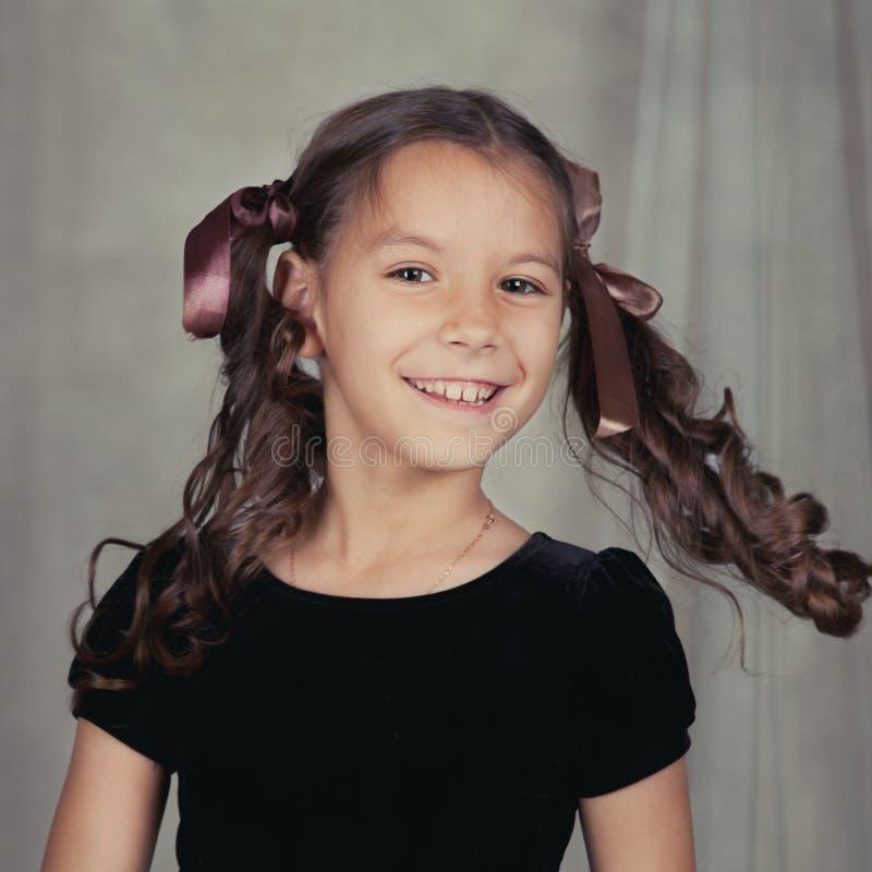Retrato de la muchacha hermosa con el pelo rizado fotografía de archivo