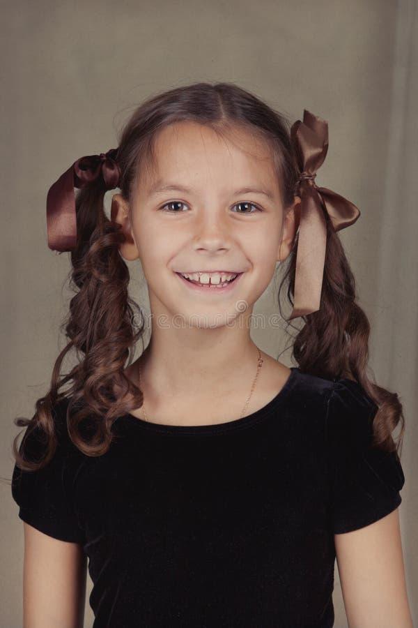 Retrato de la muchacha hermosa con el pelo rizado imagen de archivo libre de regalías