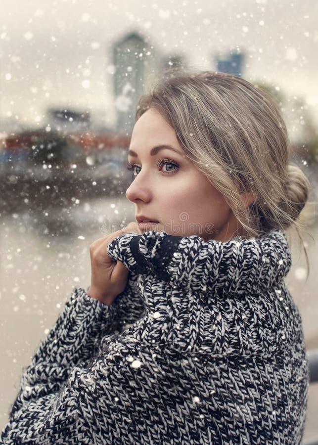 Retrato de la muchacha hermosa con nieve fotografía de archivo