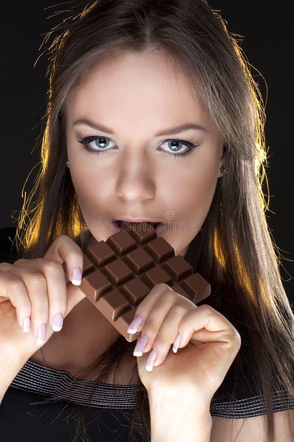 Retrato de la muchacha hermosa con un chocolate fotografía de archivo libre de regalías