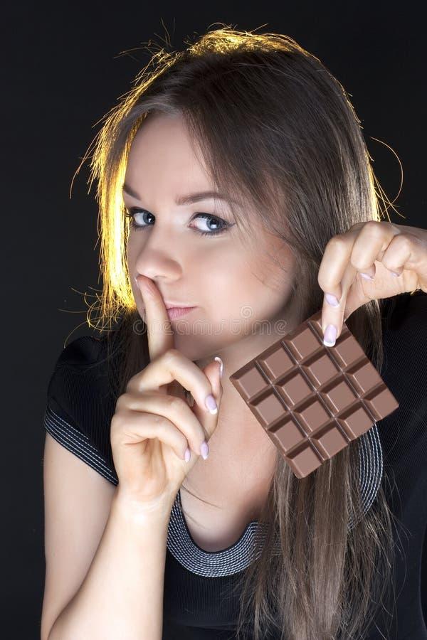 Retrato de la muchacha hermosa con un chocolate foto de archivo libre de regalías