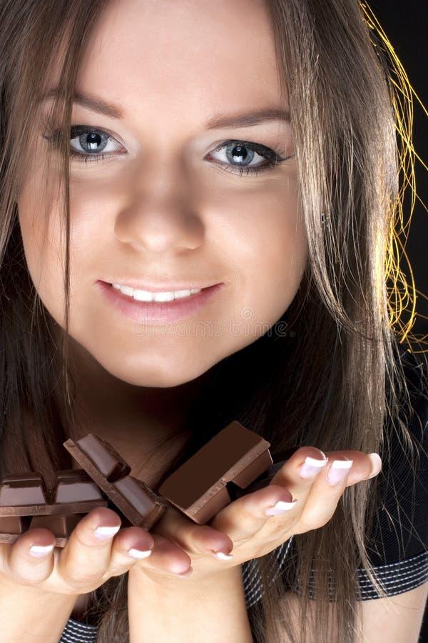 Retrato de la muchacha hermosa con un chocolate fotos de archivo libres de regalías