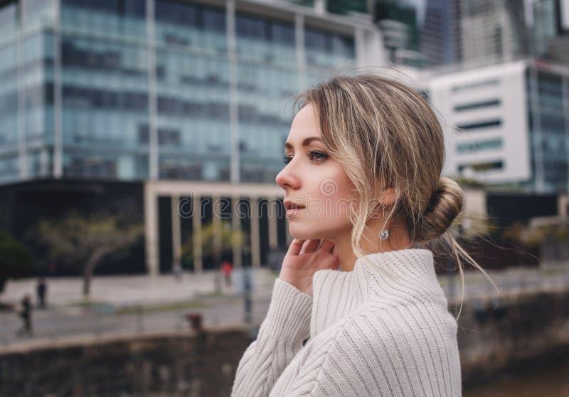 Retrato de la muchacha hermosa en el fondo de la ciudad imagen de archivo libre de regalías