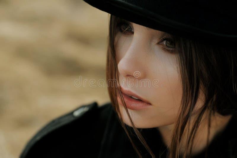 Retrato de la muchacha hermosa en sombrero foto de archivo libre de regalías
