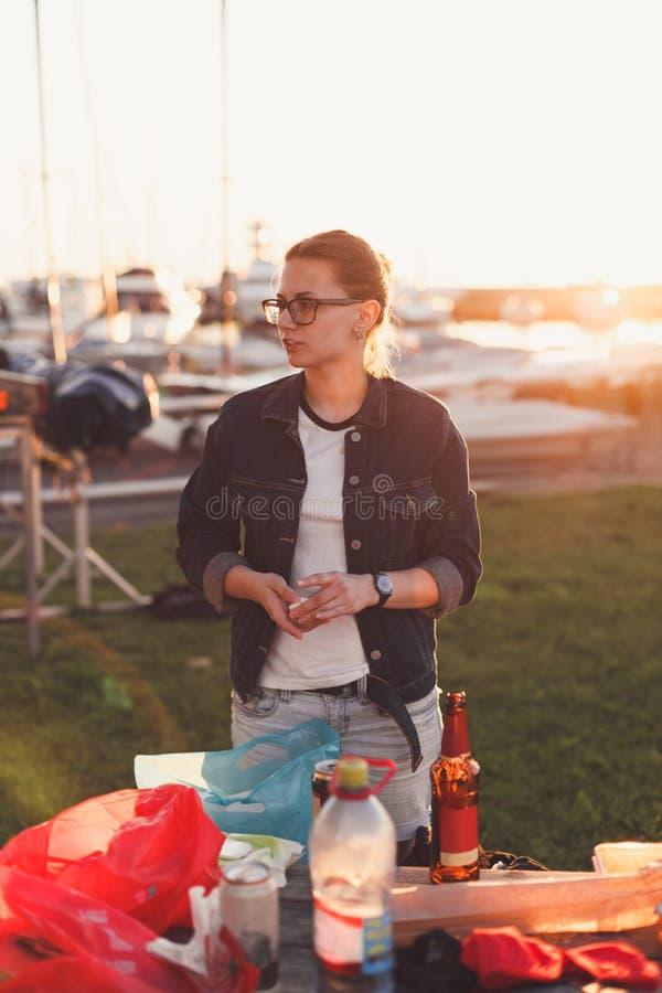 Retrato de la muchacha hermosa en una comida campestre imagen de archivo libre de regalías