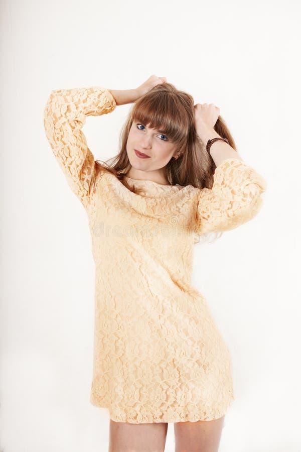 Retrato de la muchacha hermosa joven con las pecas cheerfuly que sonríe mirando la cámara Aislado en el fondo blanco fotos de archivo libres de regalías