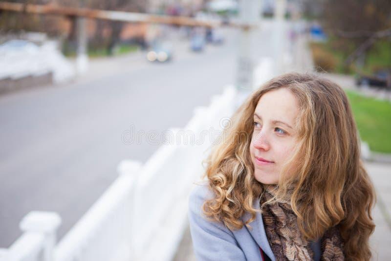 Retrato de la muchacha hermosa joven contra la perspectiva de la ciudad fotos de archivo libres de regalías