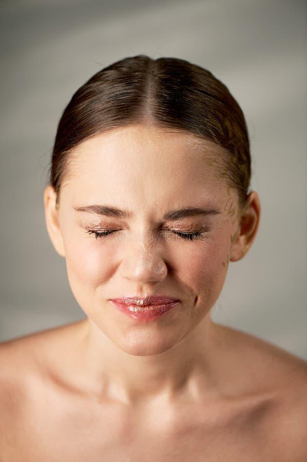 Retrato de la muchacha hermosa joven en estudio, con maquillaje profesional Tiroteo de la belleza Retrato emocional Nariz arrugad foto de archivo libre de regalías