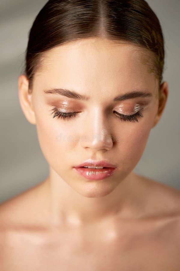 Retrato de la muchacha hermosa joven en estudio, con maquillaje profesional Tiroteo de la belleza Retrato de la belleza de una mu imagen de archivo