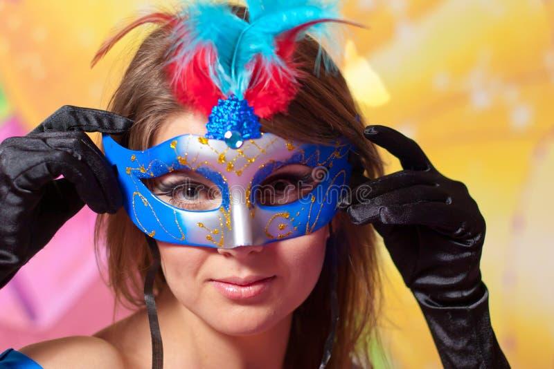 Retrato de la muchacha hermosa joven en máscara del carnaval imágenes de archivo libres de regalías