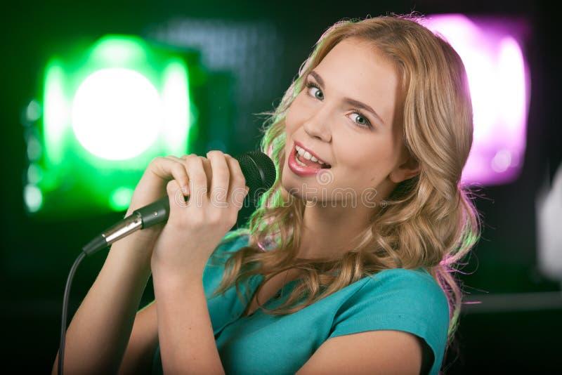 Retrato de la muchacha hermosa joven que canta imagen de archivo libre de regalías