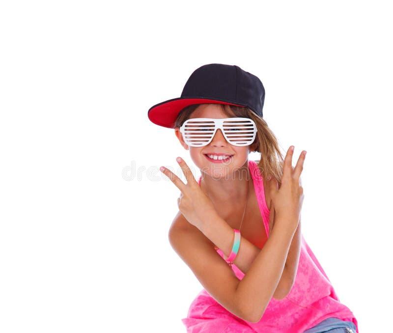 Retrato de la muchacha hermosa que presenta en estudio en sombrero imagen de archivo