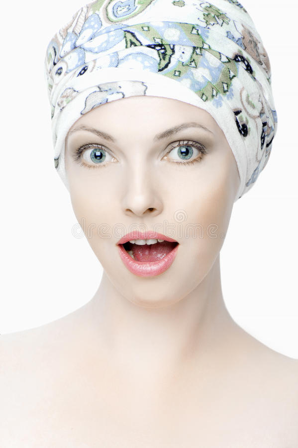 Retrato de la muchacha hermosa sorprendida con una bufanda en su cabeza fotos de archivo libres de regalías