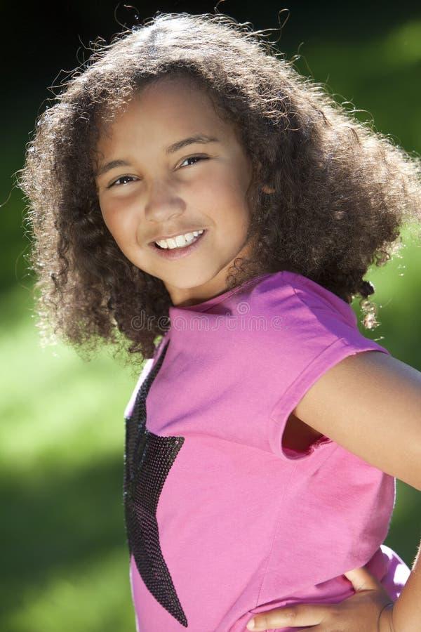 Retrato de la muchacha joven del afroamericano de la raza mezclada fotografía de archivo libre de regalías