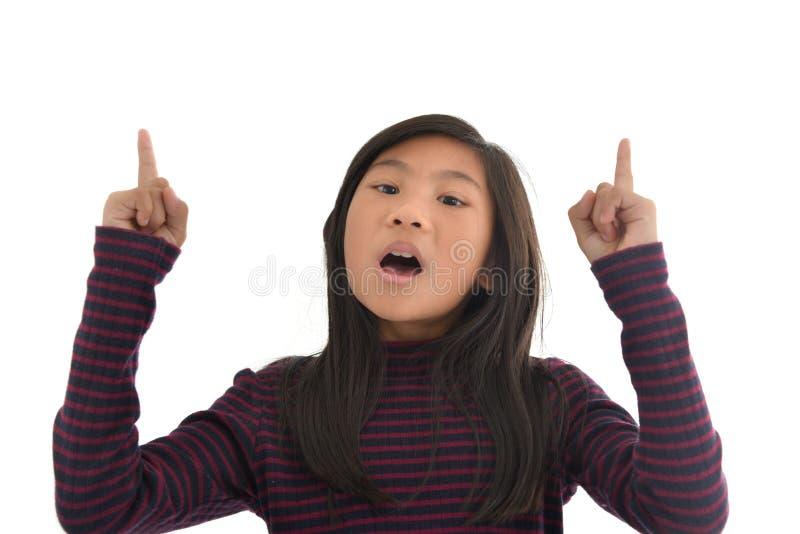 Retrato de la muchacha linda que mira para arriba algo imagen de archivo libre de regalías