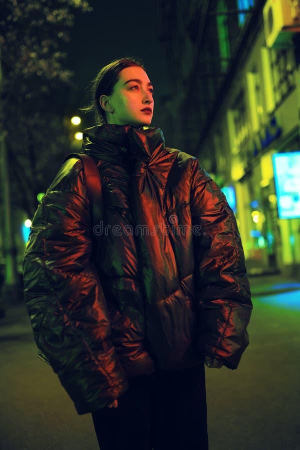 Retrato de la muchacha de moda en la calle en luz roja imagen de archivo libre de regalías