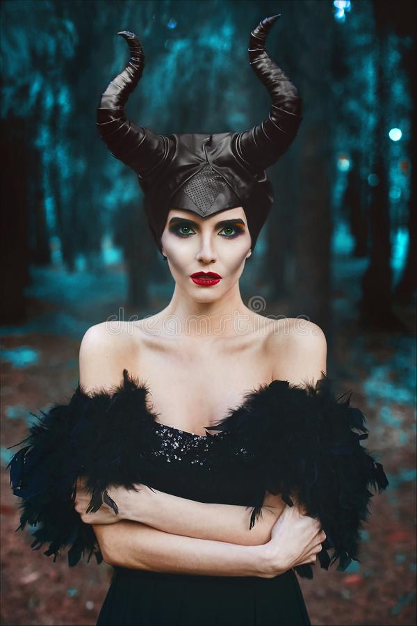 Retrato de la muchacha modelo delgada morena hermosa y de moda, con maquillaje brillante y labios rojos, en el bosque místico - imagenes de archivo