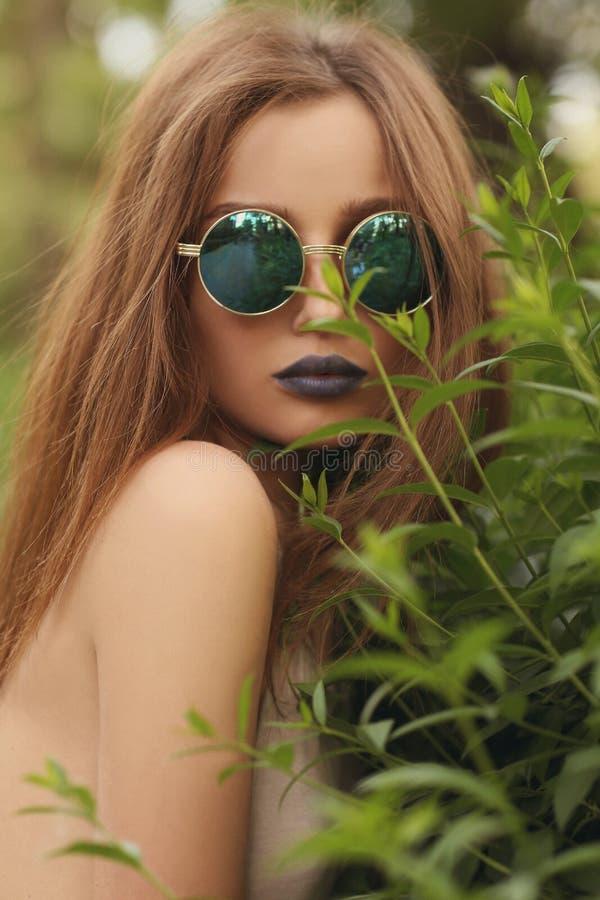 Retrato De La Muchacha Morena Con Los Labios Azules En Gafas De Sol ...