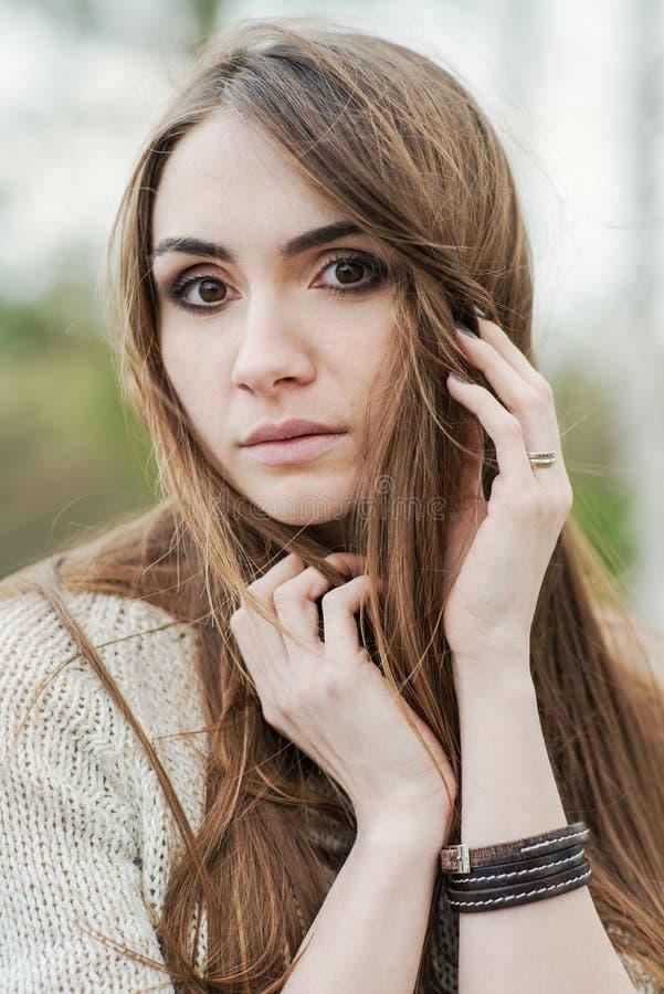 Retrato de la muchacha morena con los ojos hermosos fotos de archivo libres de regalías