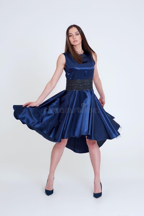Retrato de la muchacha morena hermosa en vestido azul largo imagen de archivo libre de regalías