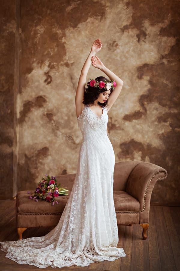 Retrato de la muchacha morena sensual hermosa en dres de un cordón del blanco foto de archivo libre de regalías