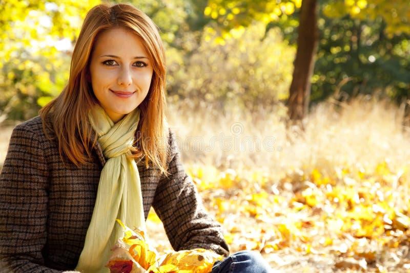 Retrato de la muchacha pelirroja en el parque del otoño foto de archivo libre de regalías