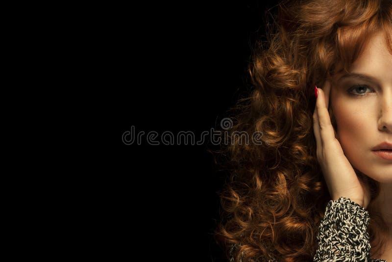 Retrato de la muchacha Pelo rojo ondulado Fondo negro imagenes de archivo