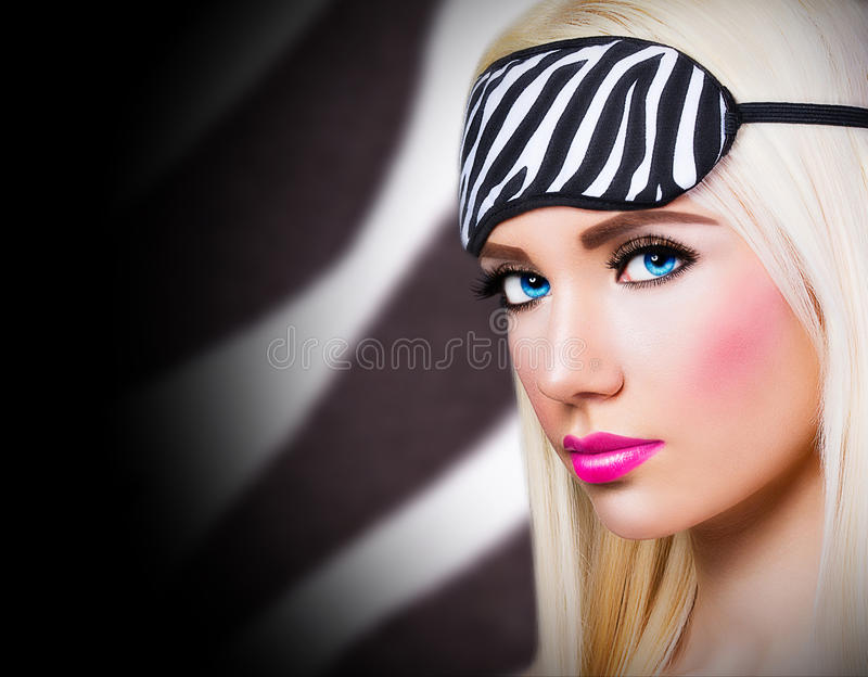 Retrato de la muchacha preciosa con los labios rosados fotos de archivo libres de regalías