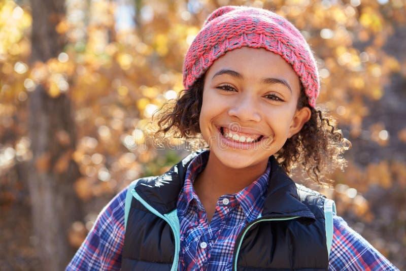 Retrato de la muchacha que juega en Autumn Woods imagenes de archivo
