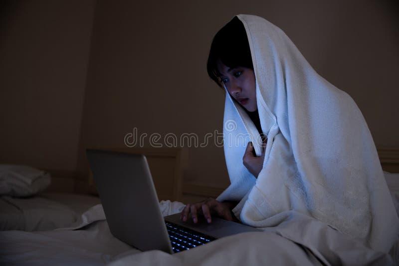 Retrato de la muchacha que miente en piso en dormitorio en la noche foto de archivo libre de regalías