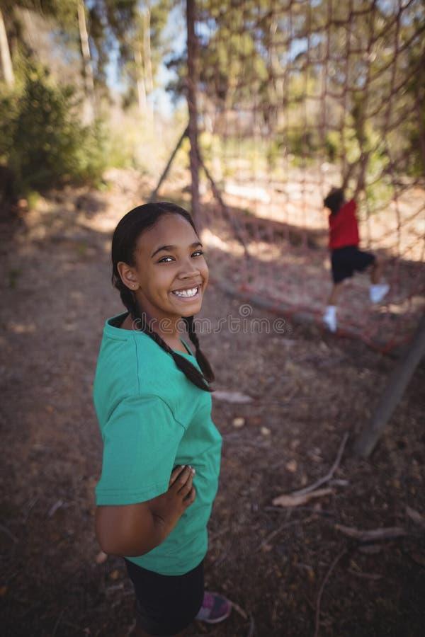 Retrato de la muchacha que se coloca con las manos en cadera durante carrera de obstáculos fotos de archivo libres de regalías