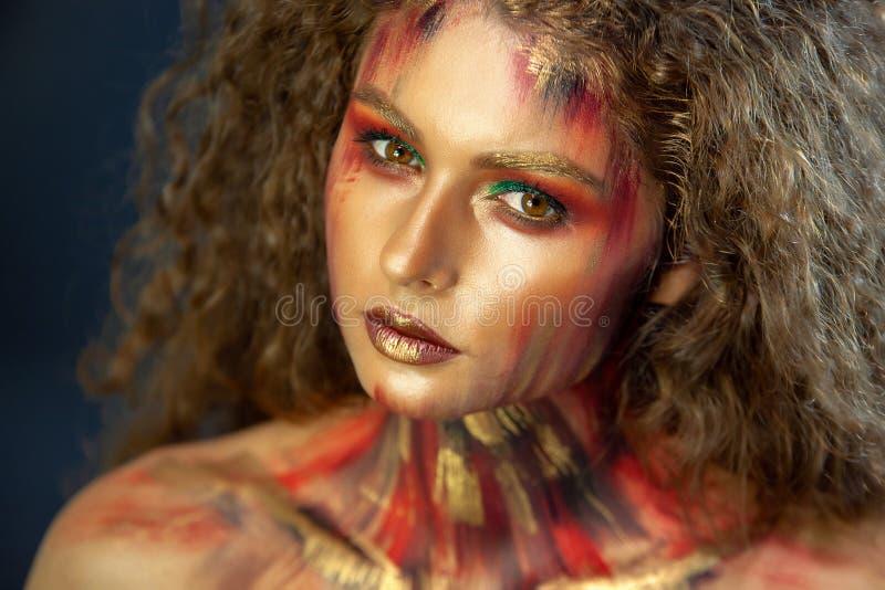 Retrato de la muchacha rizada con maquillaje del arte fotografía de archivo libre de regalías