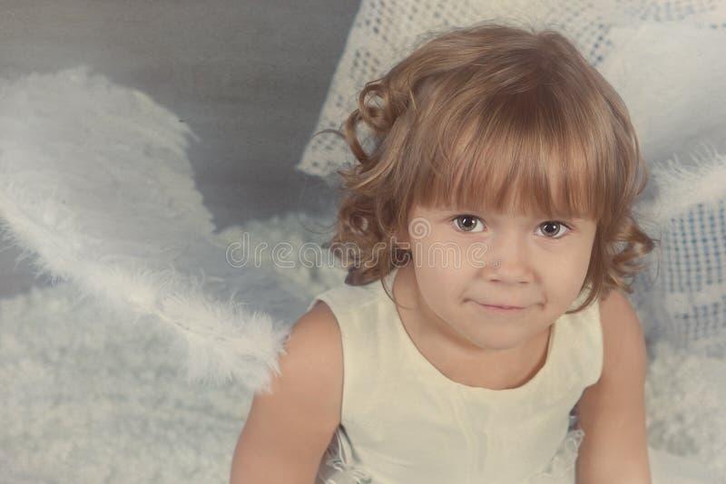 Retrato de la muchacha rizada hermosa, la Navidad imagenes de archivo