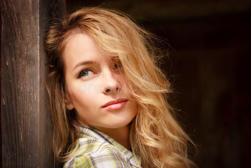 Retrato de la muchacha romántica soñadora del inconformista al aire libre imagen de archivo