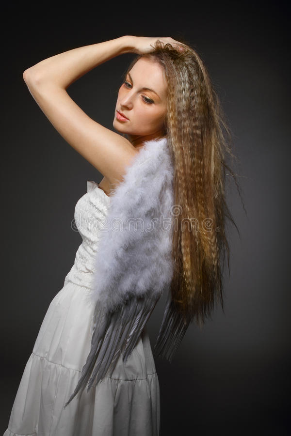 Retrato de la muchacha rubia con las alas blancas imágenes de archivo libres de regalías