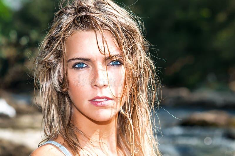 Retrato de la muchacha rubia hermosa con los ojos azules profundos con la ha mojada foto de archivo libre de regalías