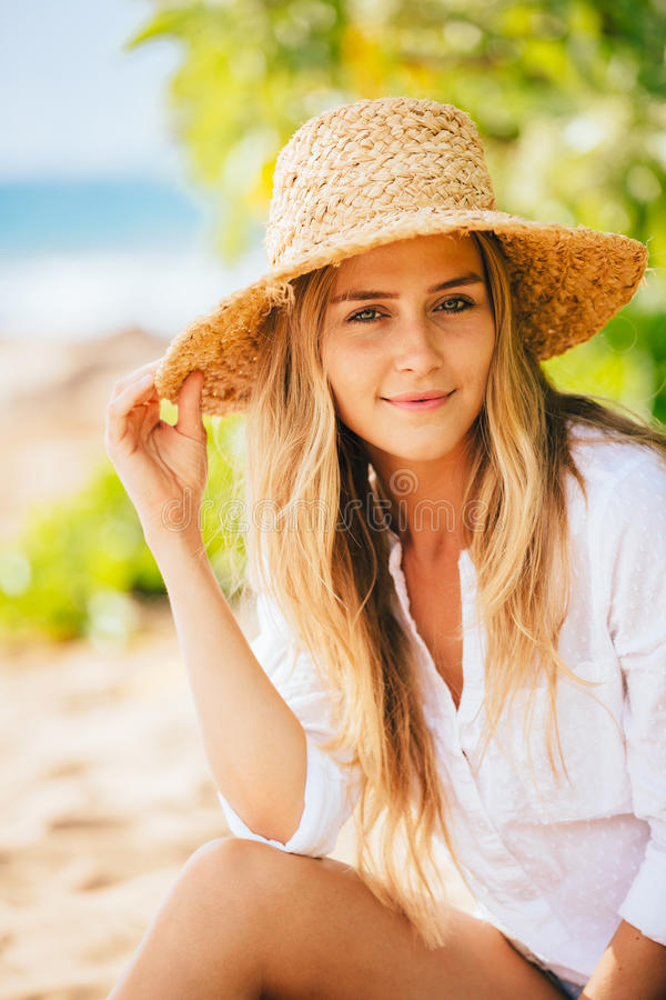 Retrato de la muchacha rubia hermosa en la playa imagen de archivo