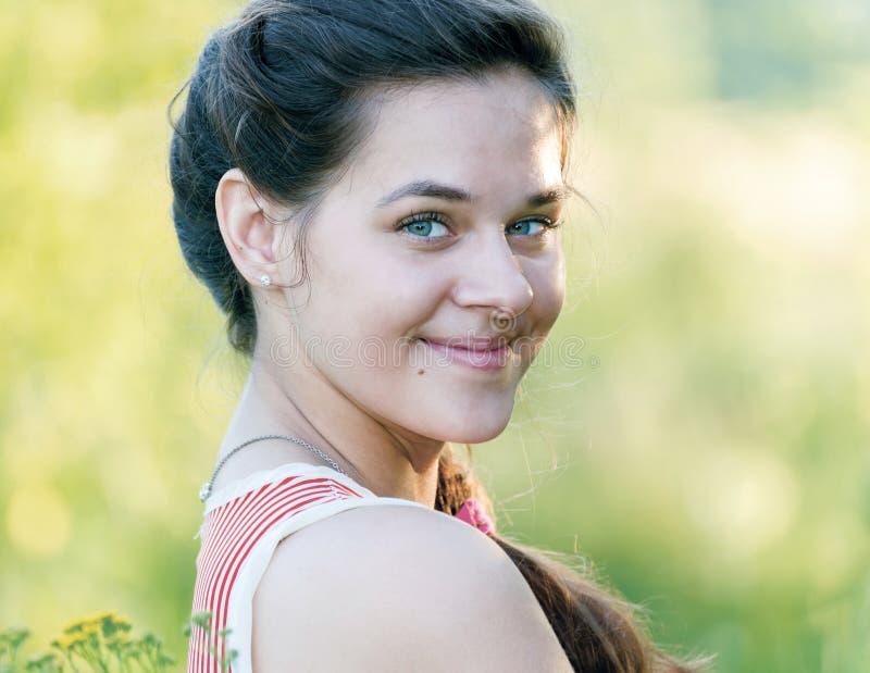 Retrato de la muchacha rusa hermosa en la naturaleza imagen de archivo libre de regalías