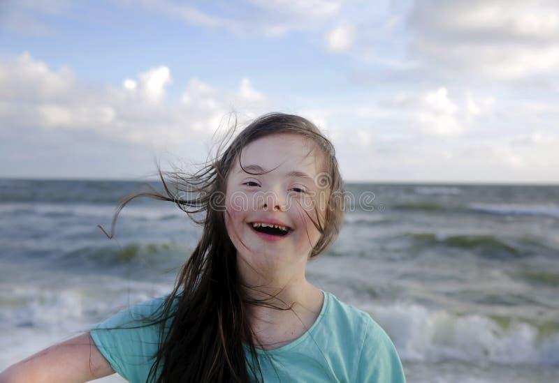 Retrato de la muchacha de S?ndrome de Down que sonr?e en el fondo del mar imágenes de archivo libres de regalías