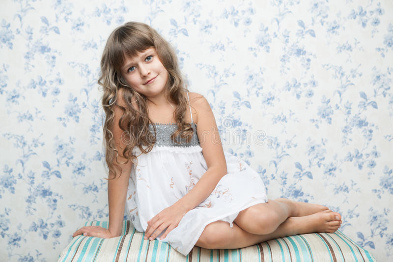 Retrato de la muchacha sincera en la posición sentada fotografía de archivo libre de regalías