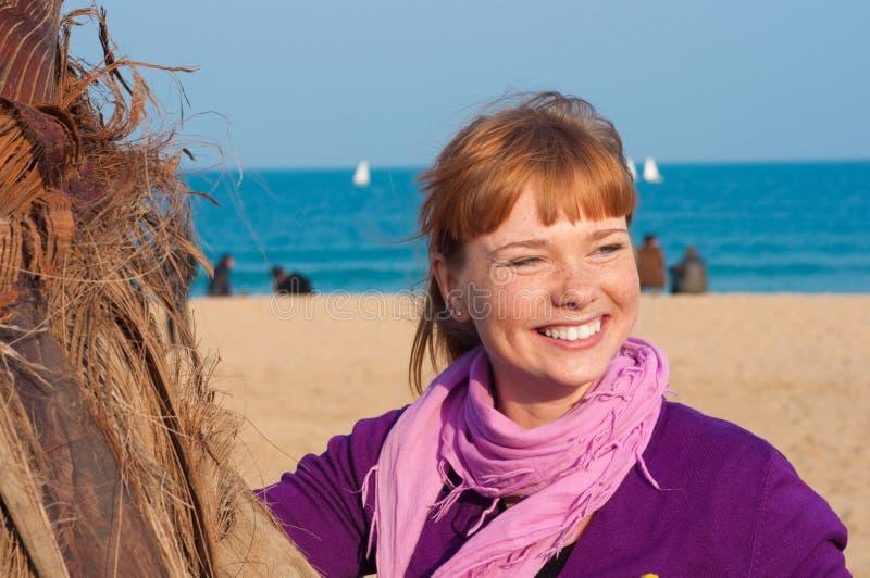 Retrato de la muchacha sonriente con los pelos rojos fotos de archivo libres de regalías