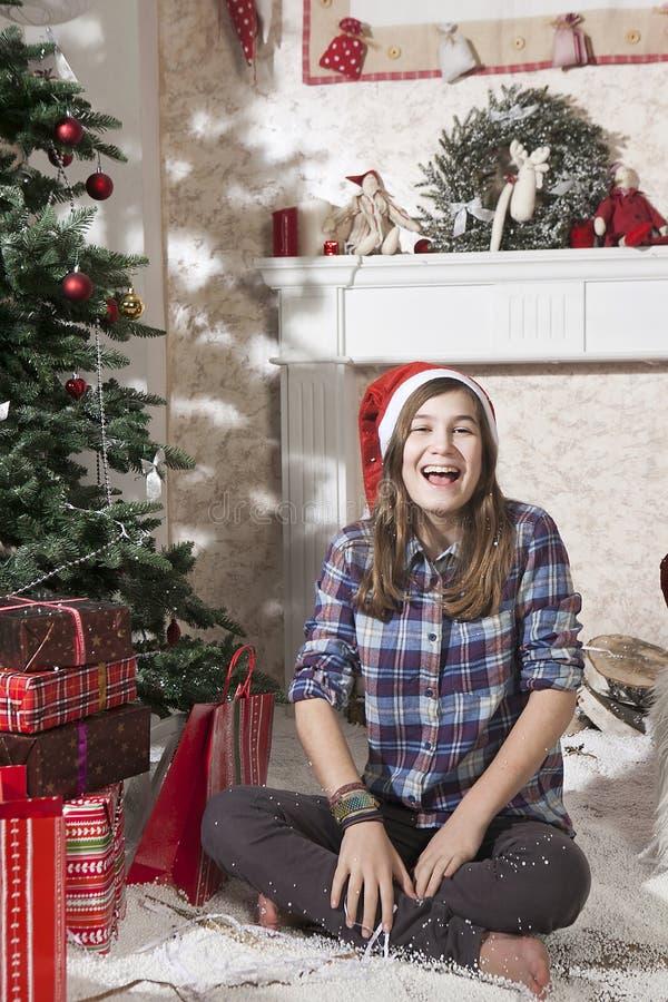 Retrato de la muchacha sonriente del adolescente en el sombrero de santa cerca de la Navidad fotografía de archivo