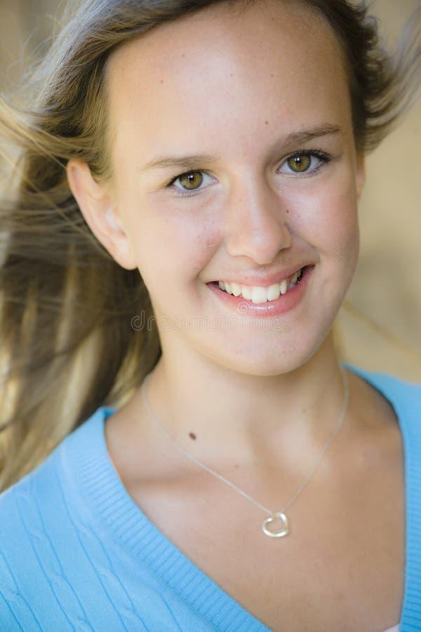 Retrato de la muchacha sonriente del tween fotografía de archivo