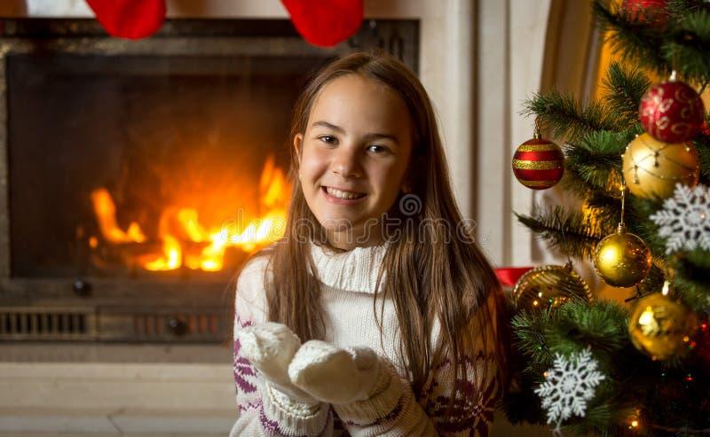 Retrato de la muchacha sonriente en suéter y de los guantes que presentan en la quema fotografía de archivo libre de regalías