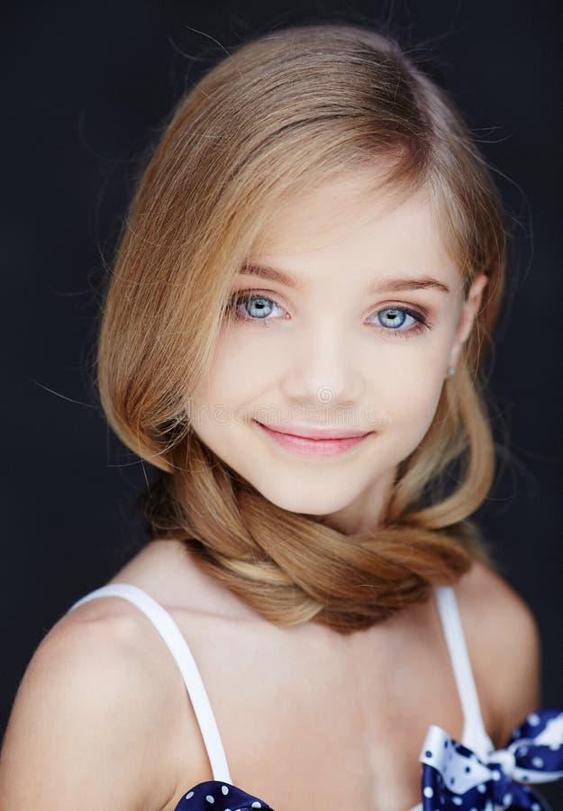 Retrato de la muchacha sonriente joven foto de archivo libre de regalías