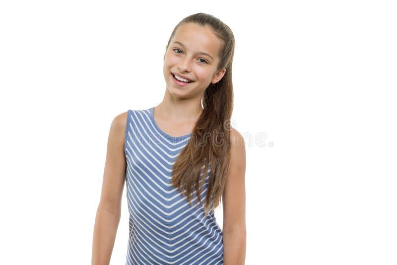 Retrato de la muchacha sonriente joven hermosa feliz Niño con la sonrisa blanca perfecta, aislada en el fondo blanco fotos de archivo libres de regalías