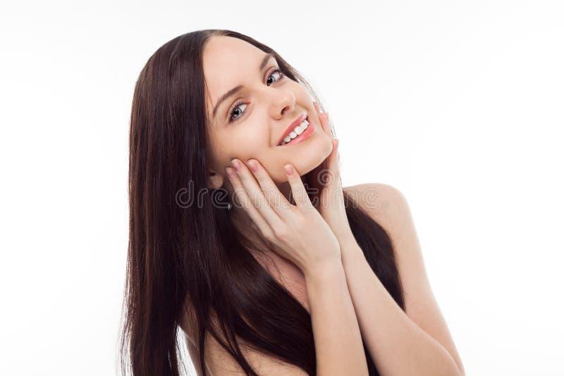 Retrato de la muchacha sonriente triguena hermosa fotos de archivo