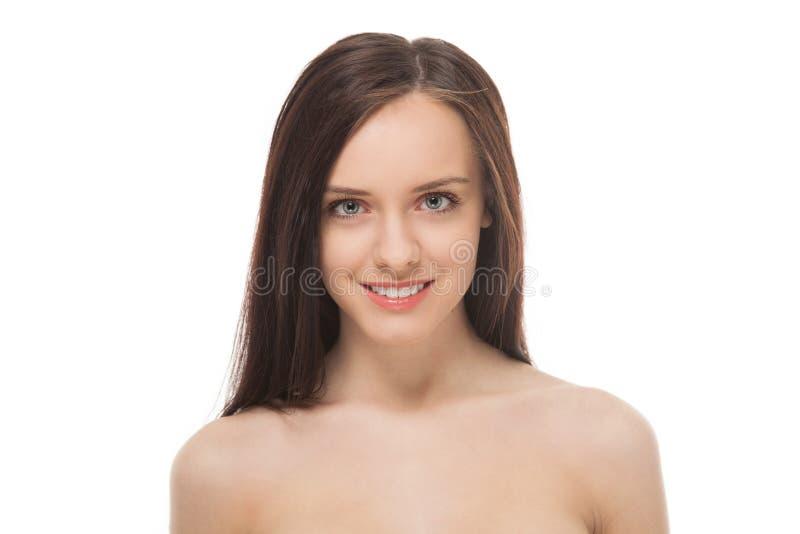 Retrato de la muchacha sonriente triguena hermosa imagenes de archivo